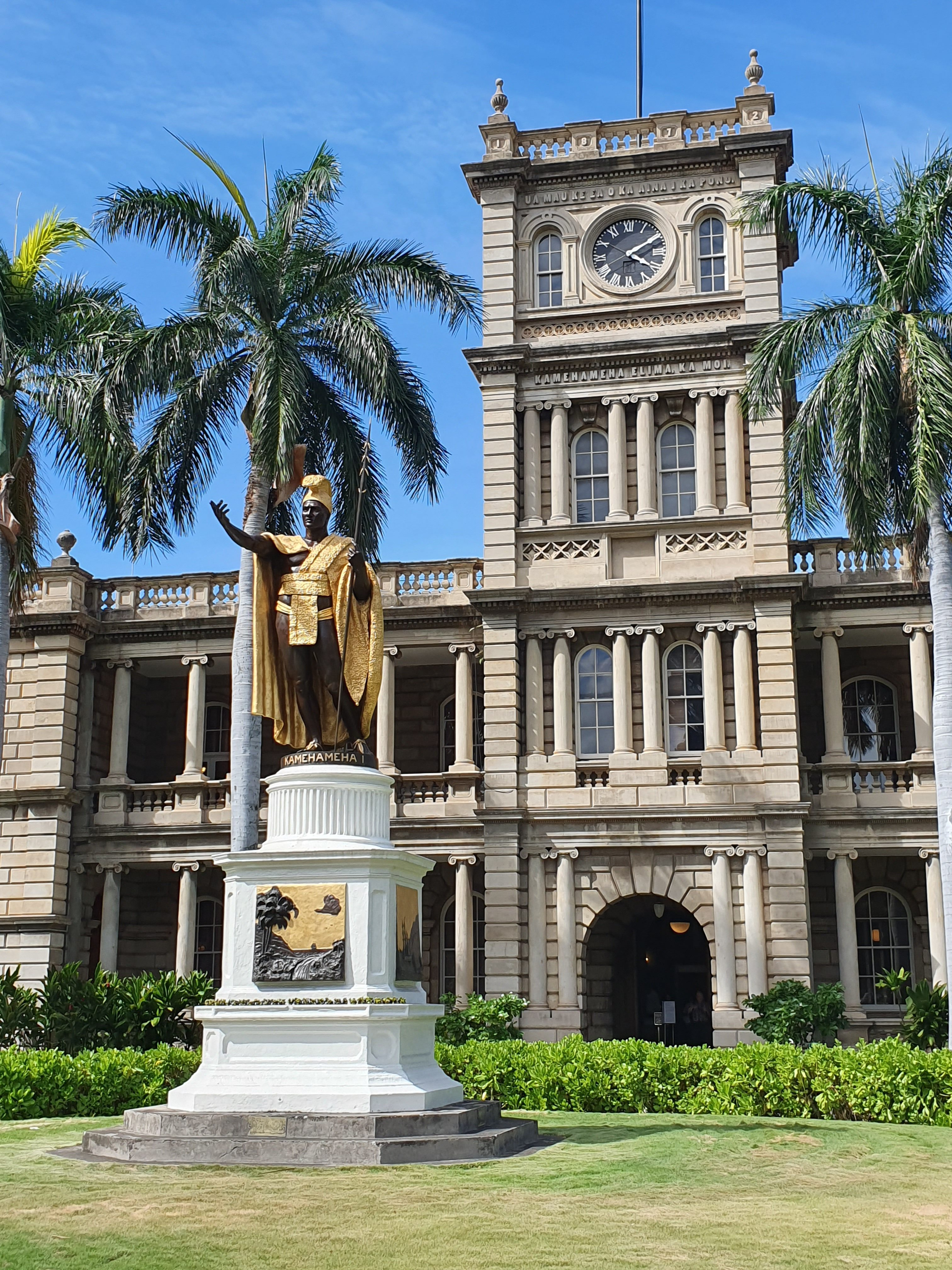 Iolani Palace and King Kamehameha StatueIolani Palace and King Kamehameha Statue